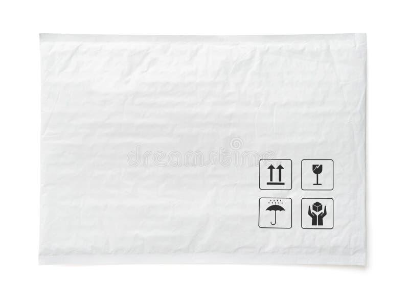 Pacote postal branco Pacote plástico com sinal e símbolo frágeis do cuidado Objeto isolado no fundo branco imagens de stock royalty free
