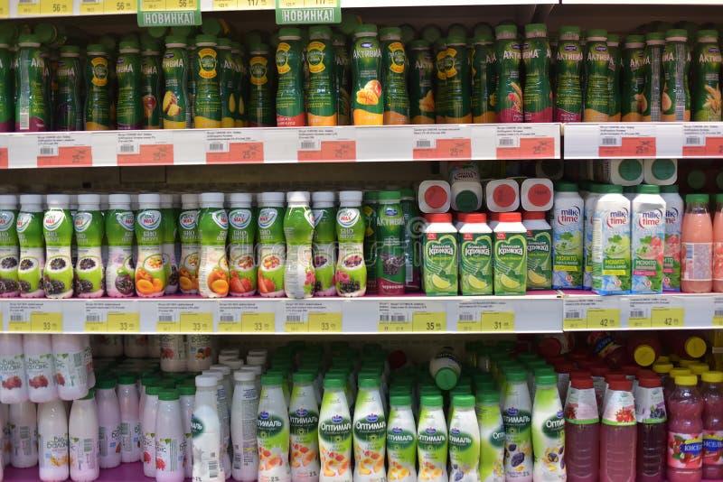 Pacotes com iogurtes no supermercado imagem de stock