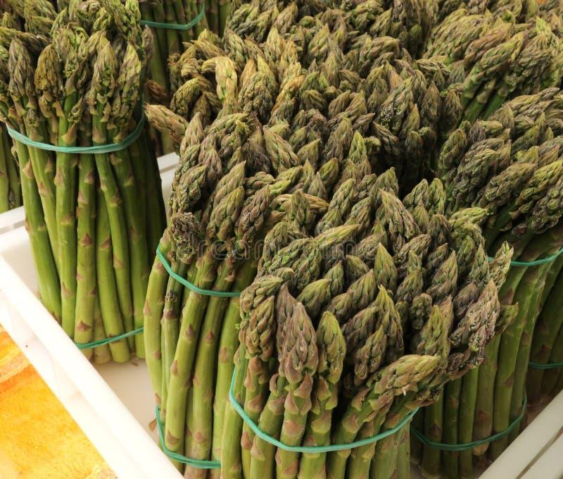 pacotes de aspargo verde para a venda foto de stock royalty free