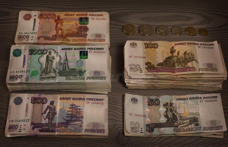 Pacotes de dinheiro Rublos de russo em um fundo de madeira fotos de stock royalty free