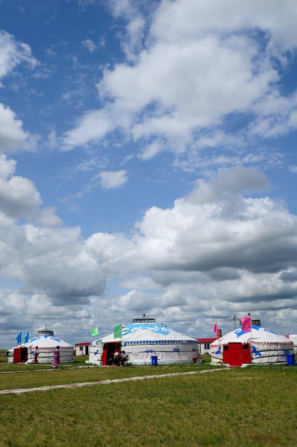 Pacotes de Mongolia sob o céu azul e as nuvens brancas foto de stock royalty free