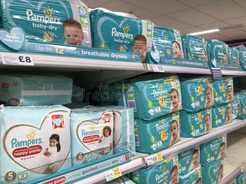 Pacotes de produtos Pampers fotos de stock