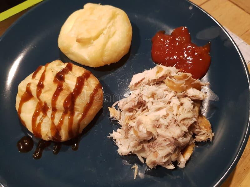 Pacotes do queijo de cabras com peixes e molho e ketchup de hoisin fotos de stock