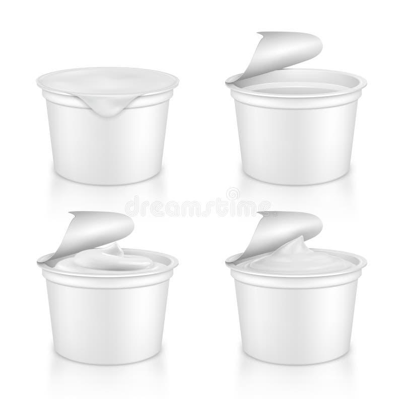 pacotes plásticos realísticos com iogurte ilustração stock