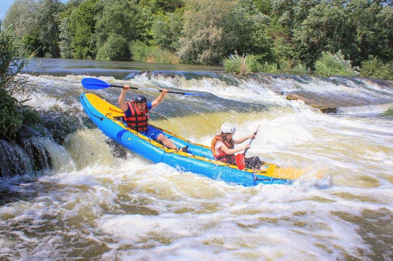 Pacuare-Fluss, Costa Rica - 14. M?rz 2019: Junge Paare genie?en das Wildwasser, das auf dem Fluss Kayak f?hrt stockfotografie
