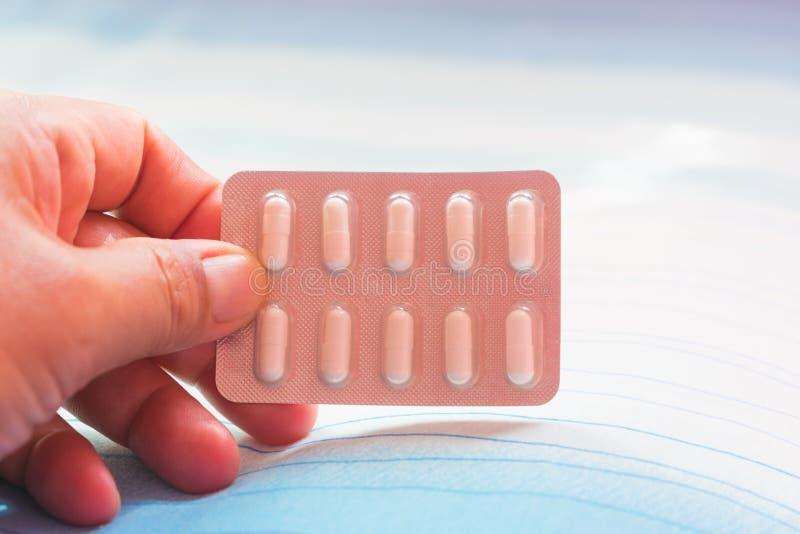 Paczka medycyn Białe pigułki na łóżku zdjęcie royalty free