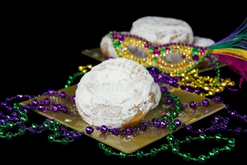 Paczki mit Mardi Gras-Perlen stockbild