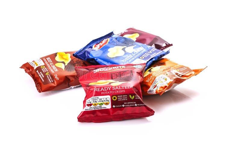 Paczki Snackrite kartoflani chipsy na białym tle obraz stock