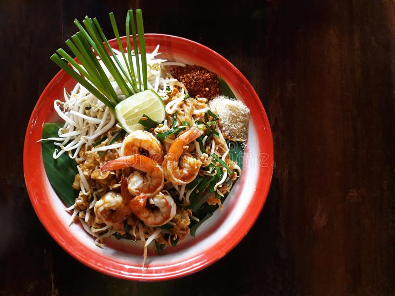 Pad Thai,a жареная рисовая лапша с различными дополнительными ингредиентами стоковая фотография rf