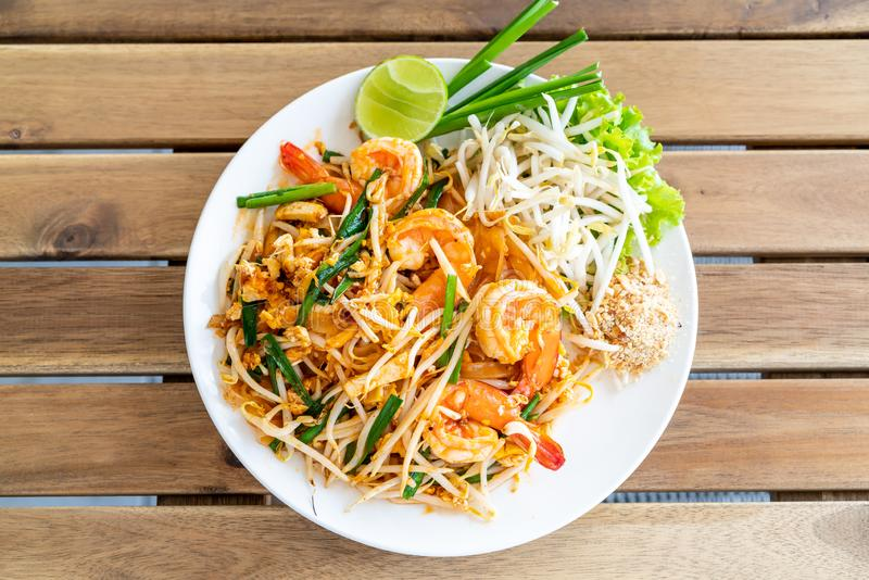 pad thai (stir-fried rice noodles with shrimps royalty free stock photos