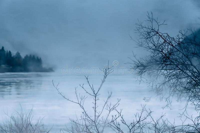 Pada i zaparowywa na lód zakrywającym północnym jeziorze w zimie zdjęcia stock