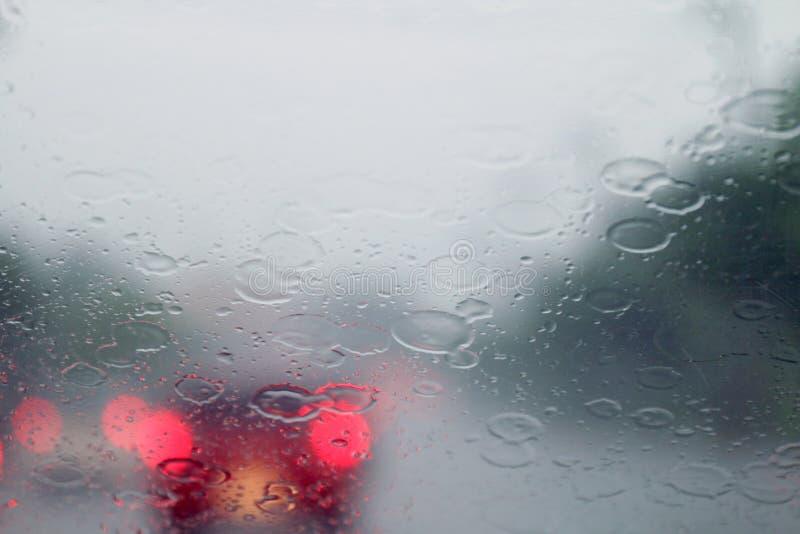 Pada z wewnątrz samochodu przy drogowego sposobu ruchu drogowego dżemem, deszcz na przednia szyba widoku, pora deszczowa, dżdżyst obraz stock
