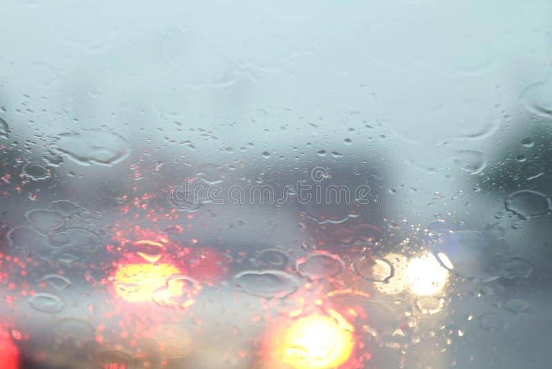 Pada z wewnątrz samochodu przy drogowego sposobu ruchu drogowego dżemem, deszcz na przednia szyba widoku, pora deszczowa, dżdżyst zdjęcie royalty free