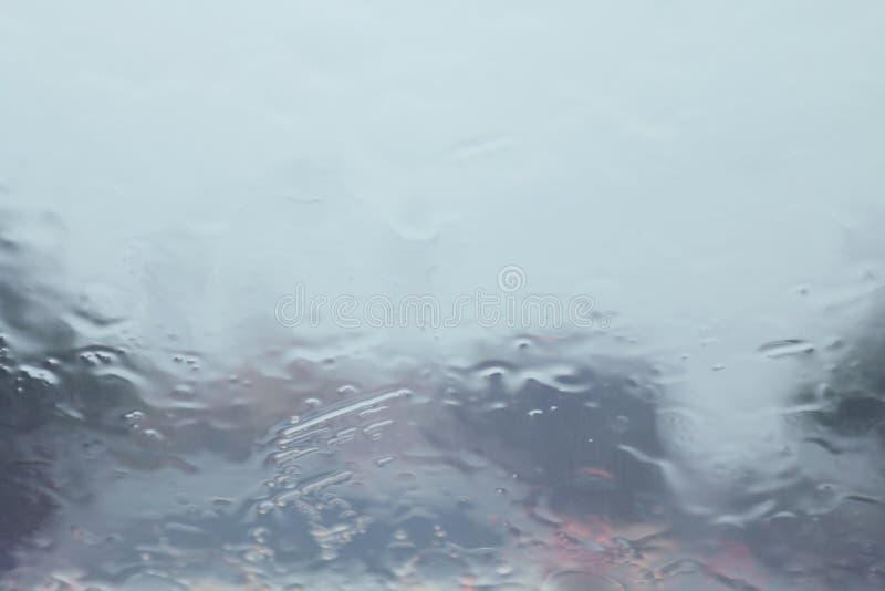 Pada z wewnątrz samochodu przy drogowego sposobu ruchu drogowego dżemem, deszcz na przednia szyba widoku, pora deszczowa, dżdżyst obrazy royalty free