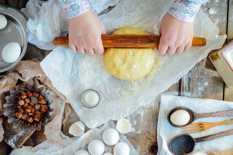 Padaria caseiro que faz, close-up das cookies do pão-de-espécie swee do xmas imagens de stock royalty free