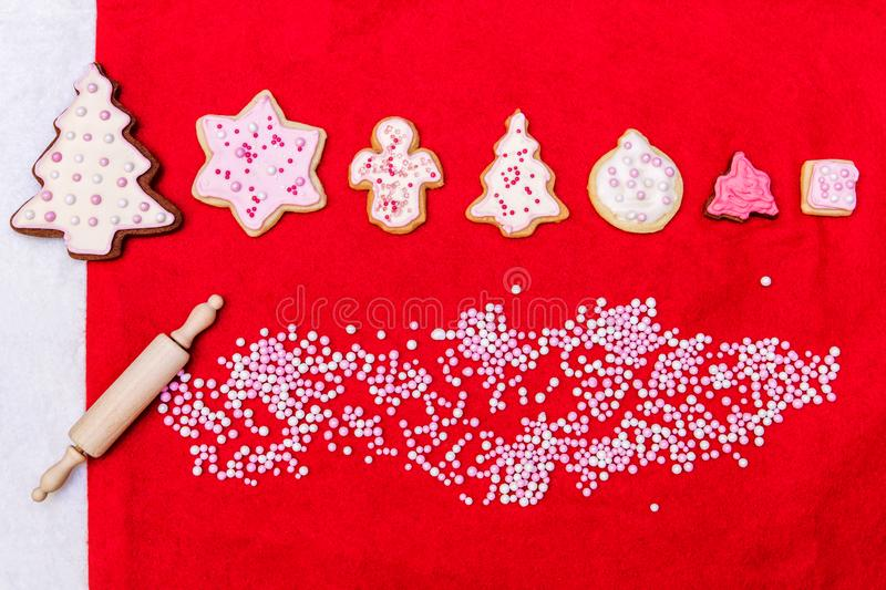 Padaria do Natal, cookies cor-de-rosa com crosta de gelo e pérolas do açúcar fotos de stock