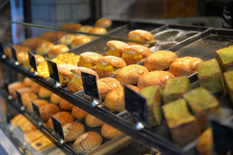 Padaria moderna com tipos diferentes do pão imagens de stock