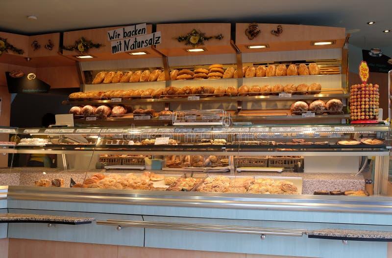 Padaria moderna com tipos diferentes do pão, dos bolos e dos bolos fotografia de stock royalty free
