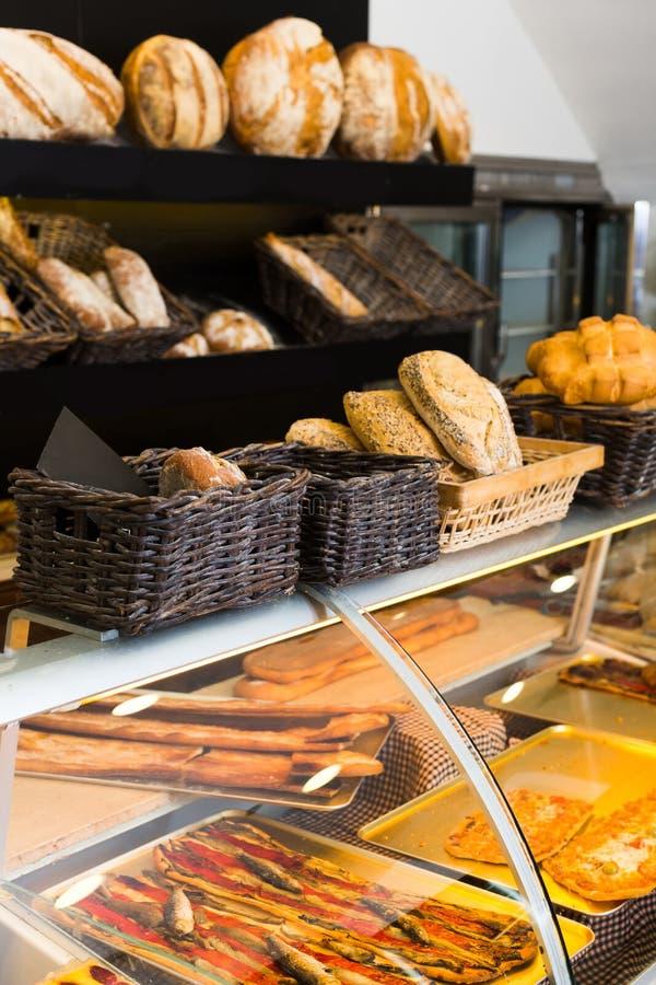 Padaria moderna com tipos diferentes do pão, dos bolos e dos bolos fotos de stock