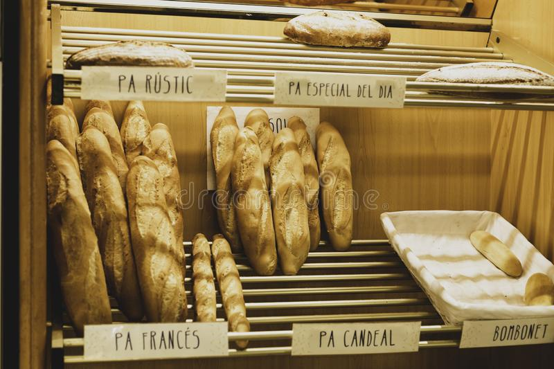 Padaria moderna com tipos diferentes do pão e dos bolos na Espanha imagens de stock royalty free