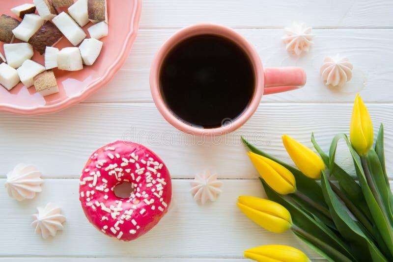 Padaria saboroso do rosa do café da manhã, coco e café preto fotografia de stock royalty free