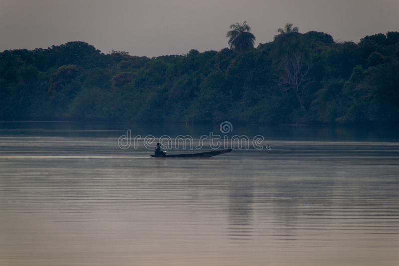 Paddel im Ruderboot auf Gambia-Fluss stockfotografie