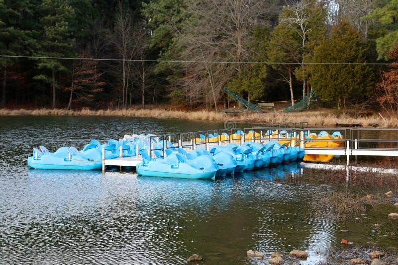 Paddelboote im Erholungsgebiet an einem See lizenzfreie stockfotos