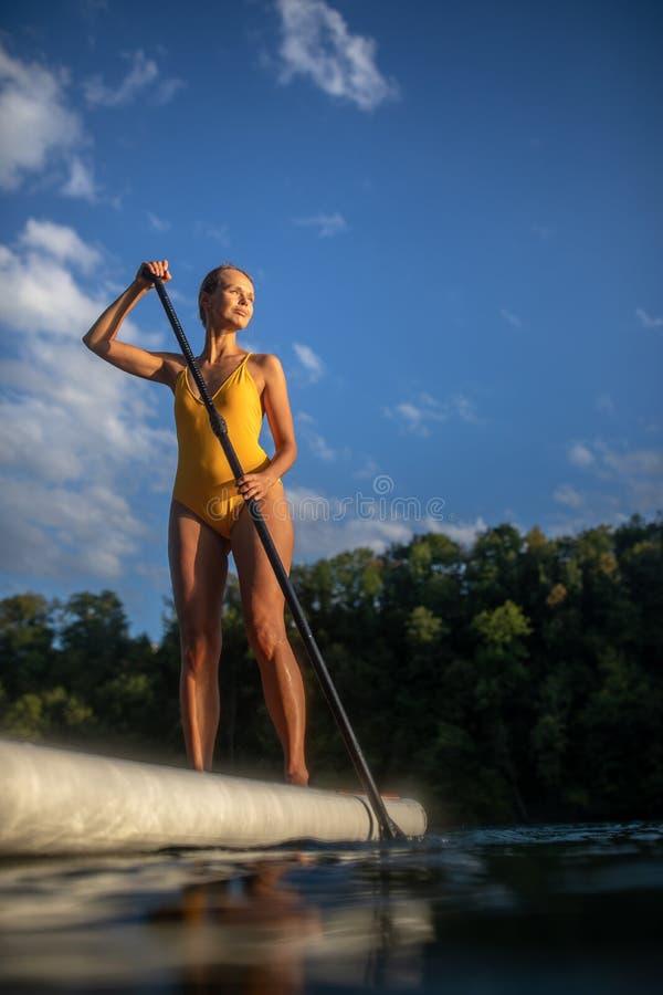Paddeleinstieg der hübschen, jungen Frau lizenzfreie stockbilder