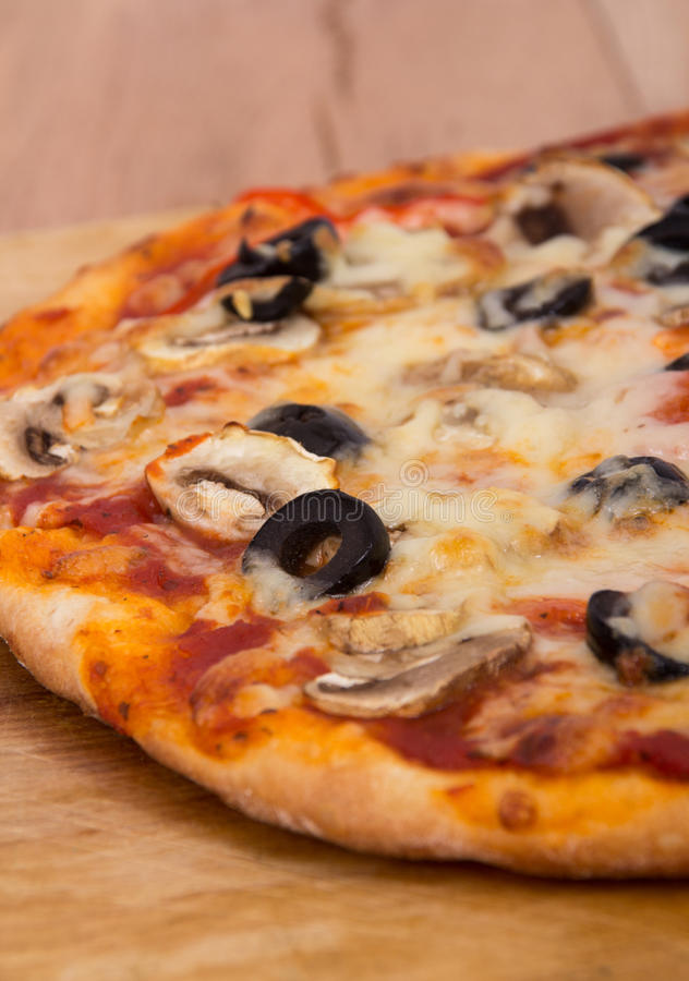 Download Paddestoel en olijfpizza stock afbeelding. Afbeelding bestaande uit eigengemaakt - 39114469
