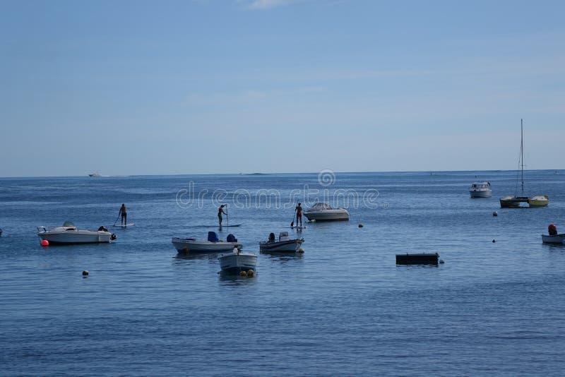 Paddle bourds i łodzie w schronienia schronieniu Corralejo Fuerteve obraz stock