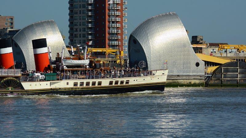 Paddle parostatku Waverley omijanie przez Thames bariery fotografia stock