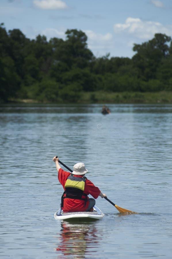 Paddleboard através de um lago de Iowa foto de stock