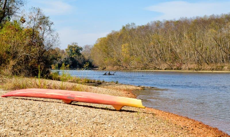 Paddleboard auf einer Sandbank des Bogue Chitto-Flusses lizenzfreie stockfotografie