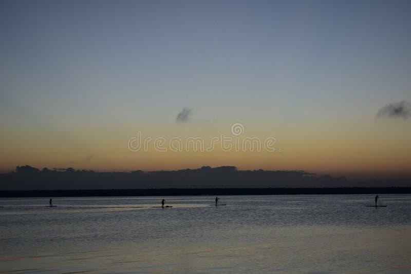 Paddleboard en paraíso fotografía de archivo