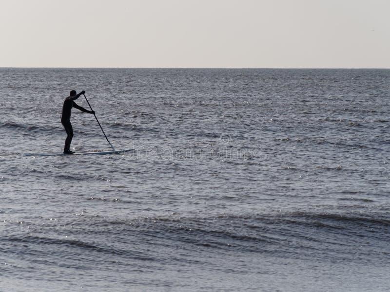 Paddleboarder, cambrure, Kent photographie stock libre de droits