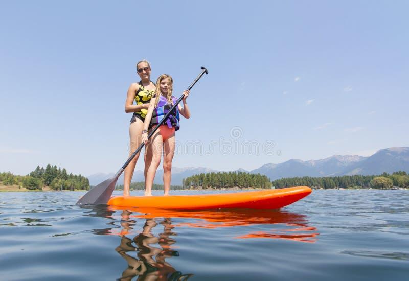 Paddleboarding на сценарном взгляде низкого угла озера горы стоковая фотография
