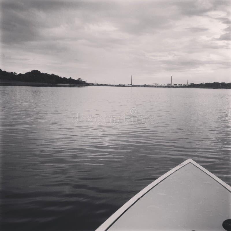 Paddleboarding au pont photo stock