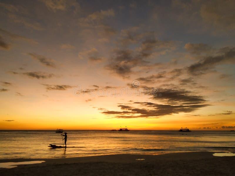 Paddleboarding dans le coucher du soleil de Boracay photos stock