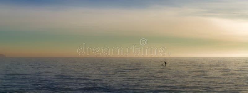 Paddleboarding en el solo del mar abierto, watersports con el fondo hermoso del paisaje, palma, Mallorca, España fotografía de archivo