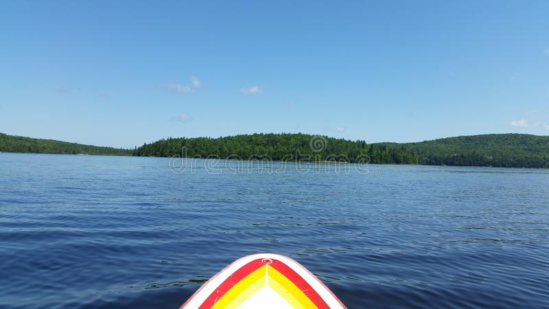 Paddleboarding en un lago en Canadá imagen de archivo libre de regalías
