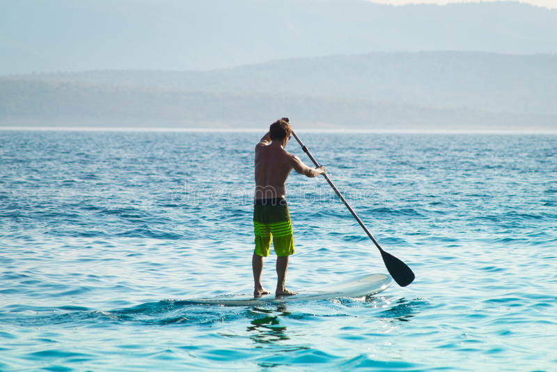 Paddleboarding på det blåa havet arkivbild