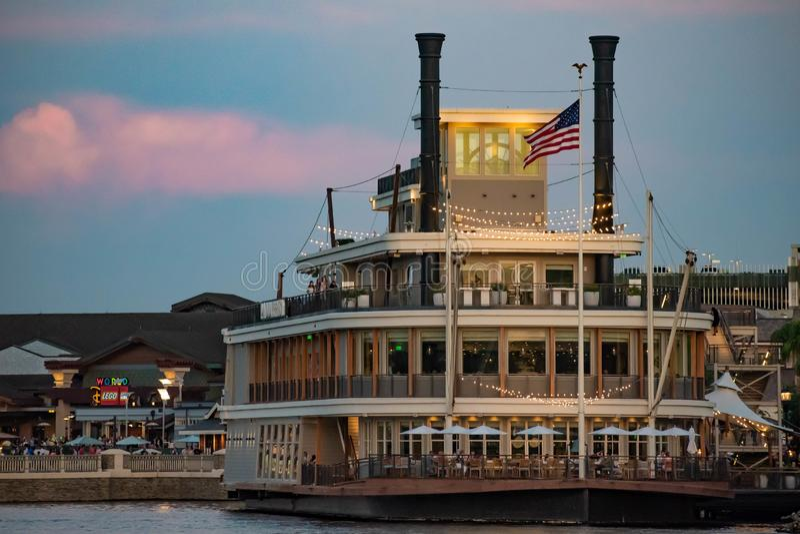 Paddlefish no fundo do por do sol É um restaurante icônico situado a bordo de um barco a vapor luxuoso no lago Buena Vista 2 imagens de stock royalty free