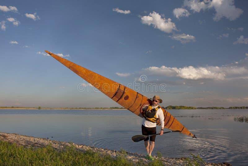Paddler com o caiaque de madeira do mar fotografia de stock royalty free
