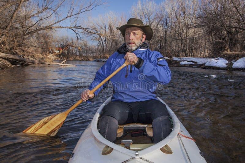 Paddler mayor de la canoa imágenes de archivo libres de regalías