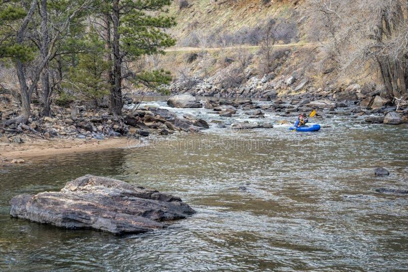 Paddler no packraft no rio da montanha fotografia de stock royalty free