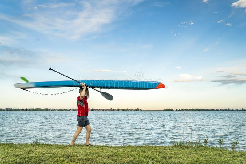 Paddler superior que anda com um suporte acima do paddleboard imagem de stock royalty free