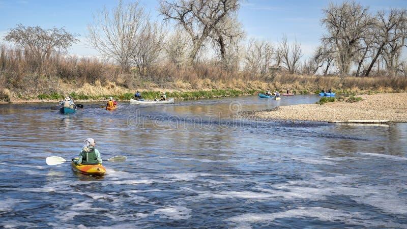 Paddlers con i kajak e le canoe fotografie stock libere da diritti