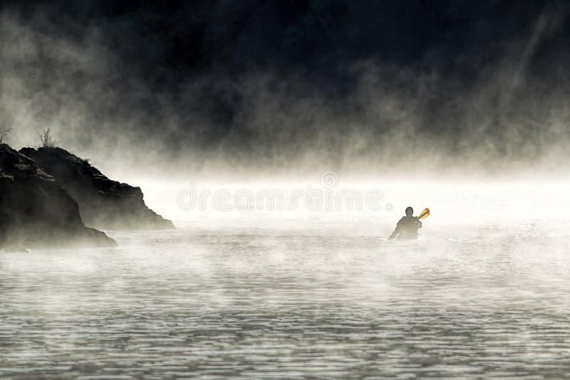Paddling Przez mgły obrazy stock