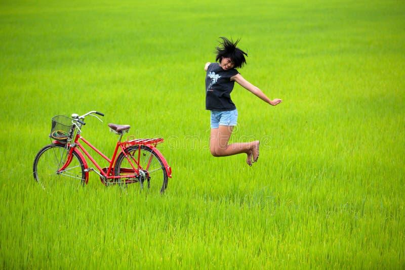 paddy för banhoppning för cykelfältflicka lycklig arkivfoton