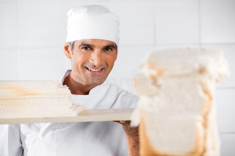 Padeiro masculino maduro With Bread Slices fotos de stock royalty free